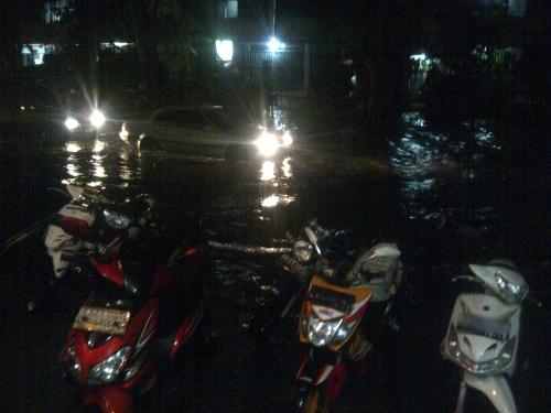 Terperangkap Banjir di Jl. Pluit Raya